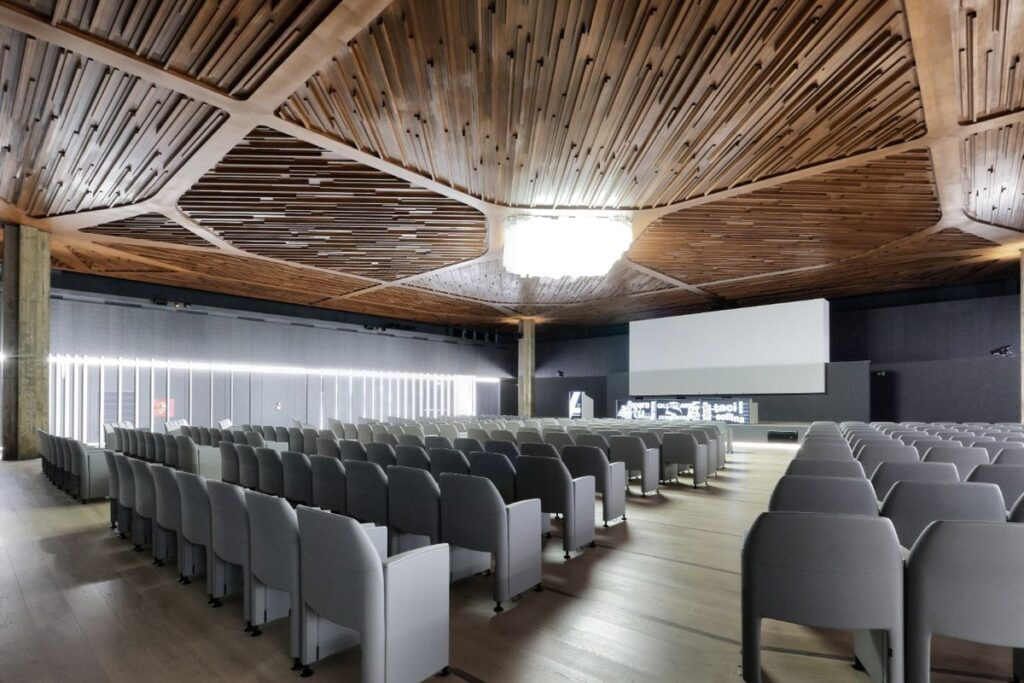 La sala conferenze e le sedute